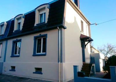 Ravalement des façades d'une maison avec finition grattée